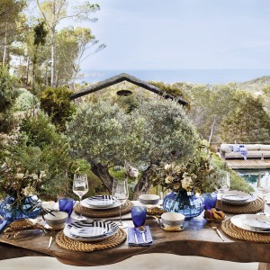 Kolekcja naczyń w niebieskich odcieniach pomoże stworzyć nam aranżację nawiązująca do stylu marynistycznego. Fot. Zara Home.