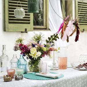 W letnim sezonie co roku powraca moda na kolorowe szkło. Szklanki, talerze mogą stać się ozdobą stołu w ogrodzie. Fot. H&M Home.
