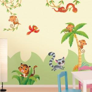Niewielkiego nakładu pracy oraz pieniędzy wymaga dekoracja pomieszczenia naklejkami ściennymi. Z dostępnych na rynku wzorów możemy wykleić kompozycję na całą ścianę lub ozdobić jedynie jej fragment, wyznaczając np. strefę snu lub zabawy. Fot. Leo Stickers.