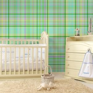Subtelna tapeta w miętową kratkę marki Minka Kids będzie pięknym tłem dla jasnych mebli w pokoju niemowlaka, ale też starszaka. Fot. Minka Kids.
