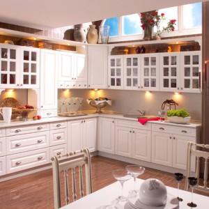 Lakierowana na wysoki połysk w kolorze ponadczasowej bieli kuchnia Alina utrzymana została w klasycznej konwencji. Fot. Stolkar.