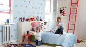 Kolorowa ściana we wzory to doskonały pomysł na aranżację pokoju dziecka. Zobacz, jak nadać wnętrzu nowy wygląd przy pomocy tapety, fototapety czy naklejek.
