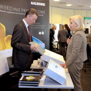 Stoisko firmy Kaldewei: Marek Piosik prezentuje próbki stali emaliowanej.