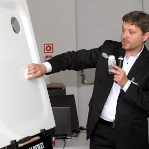 Prezentacja firmy Kaldewei: Artur Słabosz pokazuje (przy pomocy  lakieru i zmywacza do paznokci) jak trwała jest stal emaliowana Kaldewei.