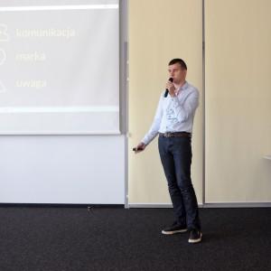 Jak działać w mediach społecznościowych i promować swoją działalność w internecie, radził architektom i projektom wnętrz Arkadisz Kaczanowski – redaktor prowadzący portalu Ryneklazieneek.pl