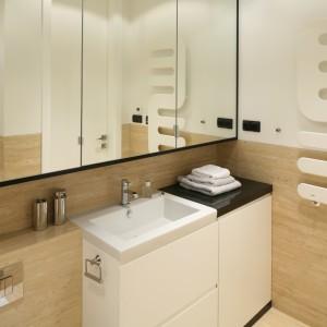 Okładziny ścienne wykonane z trawertynu dopełniają nowoczesne wyposażenie łazienki. Projekt: Anna Sokołowska. Fot. Bartosz Jarosz.