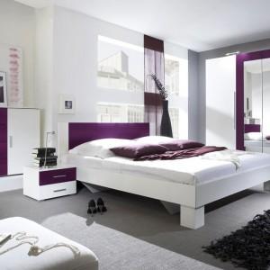 Vera to nowoczesne meble w dwóch kolorach. Białe, lakierowane powierzchnie przełamane zostały detalami w kolorze dojrzałego bakłażana, dzięki czemu uzyskano niepowtarzalny wygląd zestawu. Meble dostępne w sklepie Furnite.pl. Fot. Furnite.pl.