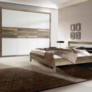 Sypialnia Roxette marki Forte odpowiada najnowszym trendom. Połączenie drewnianego forniru z białymi frontami mebli nada sypialni ciepły a zarazem nowoczesny styl. Fot. Meble Forte.