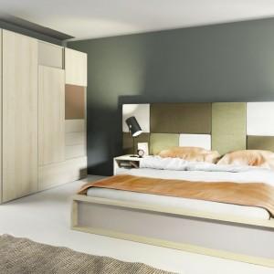Ciepłe kolory okleiny mebli z kolekcji 3D marki Vox, inspirowane chronioną brzozą polską pasują do wielu kolorów i stylów dodatków. Za łóżkiem stworzono zagłówek tapicerowany, składający się sześciu elementów. Kostki można dowolnie ustawić według swojego pomysłu. Fot. Meble Vox.