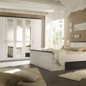 Elegancka sypialnia Luca marki Black Red White to alternatywa dla miłośników stylu klasycznego a zarazem jasnych barw. W skład zestawu wchodzi łóżko z szufladą, 2 stoliki nocne, obszerna szafa oraz komoda. Fot. Black Red White.