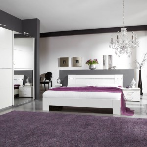 Biała sypialnia Heaven marki Abra Meble wprowadzi do wnętrza iście niebiański klimat. Proste formy urozmaicają stalowe detale podkreślające nowoczesny styl aranżacji. Fot. Abra Meble.