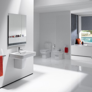 W kolekcji Senso Square znajdziemy szeroką gamę produktów. Dzięki małym umywalkom i miskom w wersji Compacto w funkcjonlany sposób możemy zaaranżować nawet niewielką łazienkę. Fot. Roca.