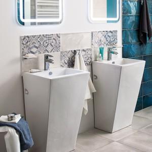 Stojąca umywalka Kerra Square doskonale sprawdzi się w przestronnych łazienkach. Fot. Castorama.