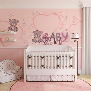 Piękny kolor nadamy wnętrzu wykorzystując, np. różową tapetę w misie marki Minka Kids. Na takim tle każde łóżeczko będzie wyglądać pięknie. Fot. Minka Kids.