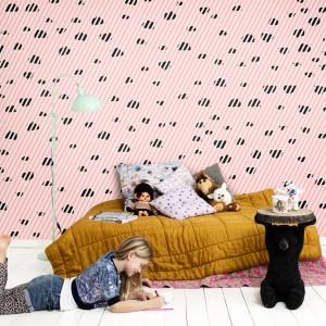 Róż to kolor nie tylko dla małych dziewczynek. tapeta w ciemne cętki z kolekcji Isabelle Mcallister marki Mr Perswall nada finezyjny wygląd wnętrzu przeznaczonym dla nastolatki. Fot. Mr Perswall.
