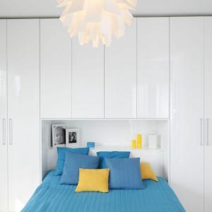 Sypialnia, podobnie jak całe wnętrze, urządzona została w bieli. Kolorowe dodatki dodają jej charakteru. Projekt: Katarzyna Uszok. Fot. Bartosz Jarosz.