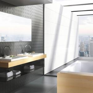 Umywalka z kolekcji Bath Gallery. Podwyższona krawędź umywalki utrzymuje kosmetyki i akcesoria na miejscu. Wymienne dna umywalki i kolorowe akcesoria pozwalają na dopasowanie umywalki do aranżacji łazienki. Fot. Ravak.