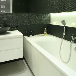 Do małych łazienek nie należy wprowadzać zbyt wielu kolorów. Decydując się np. na dwa główne kolory możemy zróżnicować je za pomocą struktur. Projekt: Agnieszka Ludwinowska. Fot. Bartosz Jarosz.