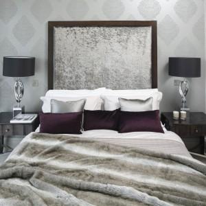 Wezgłowie niczym piękny obraz zdobi tą sypialnię. Miękka, połyskująca tkanina nadaje wnętrzu elegancji i klasy. Projekt: Tomasz Żemojcin, Ventis, Ventana. Fot. Bartosz Jarosz.