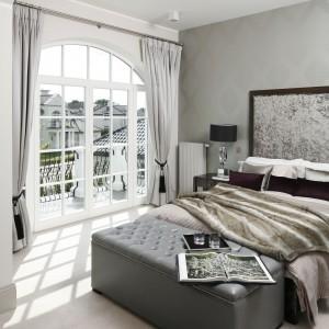 Szarości są stylowe i nieco tajemnicze. Sypialnia urządzona w różnych jej odcieniach będzie z pewnością wyjątkowa. Projekt: Tomasz Żemojcin, Ventis, Ventana. Fot. Bartosz Jarosz.