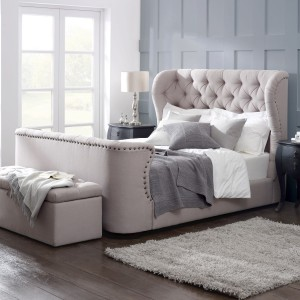 Styl klasyczny najczęściej wykorzystywany jest w dużych pomieszczeniach, jednak małą sypialnię również można zaaranżować bazując   na meblach o tradycyjnej estetyce. Trzeba tylko uważać z ilością wyposażenia, by nie przytłoczyć wnętrza. Fot. Living It UP.
