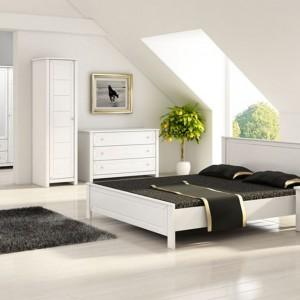 Klasyka musi być wcale biżuteryjnie dekoracyjna i kosztowna - aranżacja w klasycznym stylu ma różne odsłony. Klasyczną sypialnię można urządzić wykorzystując meble o bardziej prostej formie, np. zestaw Luna marki Marmex. Fot. Marmex.