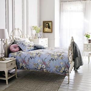 Oryginalną aranżacje uzyskamy łącząc stylowe, drewniane szafki z kutym łóżkiem. W ten sposób sypialnia nabierze autentycznych cech stylu retro i zyska przytulny klimat. Fot. Marks & Spencer.