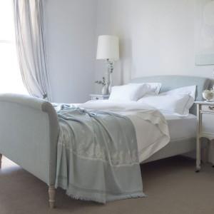 W klasycznej sypialni powinno znaleźć się też lustro. Swym blaskiem rozjaśni wnętrze i podkreśli jego elegancki wygląd, a także optycznie powiększy pomieszczenie. Fot. Sofa.com.