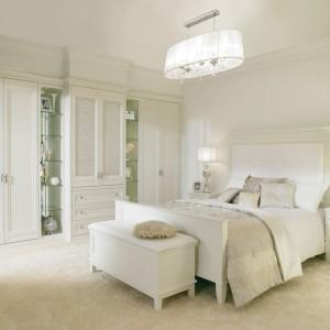 W klasycznej sypialni dużą role odgrywa oświetlenie, a właściwie jego forma. Kryształowe żyrandole czy srebrzyste lampy z atłasowymi kloszami dają poczucie komfortu, luksusu i harmonii. Fot. Hammonds Furniture.