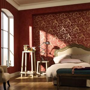 W stylu klasycznym zdobienia występują nie tylko na meblach, ale i na ścianach. W eleganckiej sypialni sprawdzi się np. wzorzysta tapeta z kolekcji La Veneziana marki Marburger Tapetenfabrik. Fot. Marburger Tapetenfabrik.