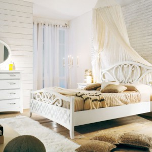 Ciepłe barwy klasyki tworzą przytulny, familijny klimat. Jeśli chcemy uzyskać wrażenie lekkości, ustawmy w sypialni meble o jasnym wybarwieniu, a stylizacje dopełnijmy beżowymi lub brązowymi dodatkami. Fot. Arteferretto.