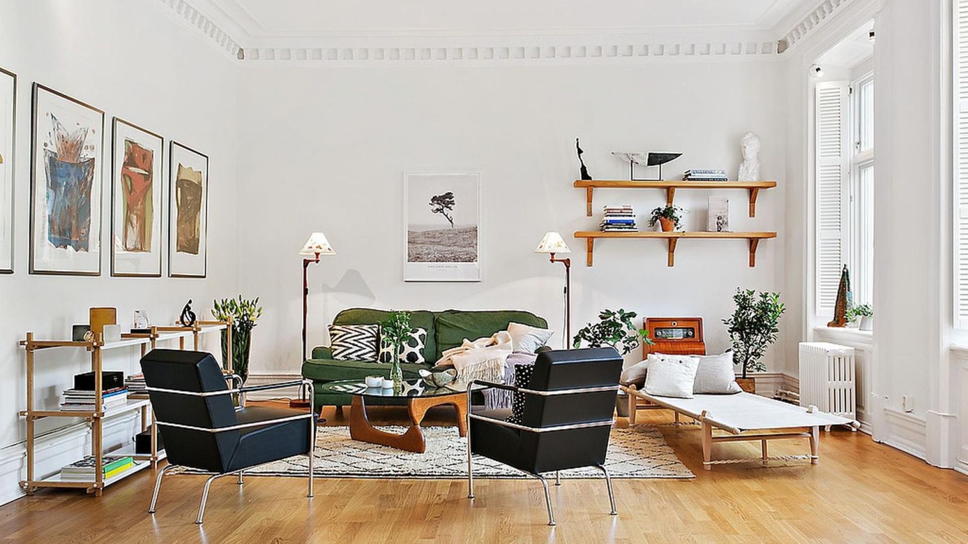 Strefa wypoczynkowa z fotelami w bliskich naturze kolorach i z pięknymi dekoracjami na ścianie. Fot. Alvhem Makleri.