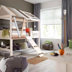 Piętrowe łóżko może służyć nie tylko do snu, ale i zabawy. Frajdę najmłodszym na pewno sprawi mebel w formie domku marki Cuckooland, z drabinką i prawdziwym dachem. Fot. Cuckooland.
