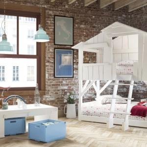 Oryginalne łóżko w formie białego domku. Dolną część można przeznaczyć do odpoczynku starszego dziecka, natomiast mniejszemu - pozwolić zagospodarować poddasze. Fot. Cuckooland.