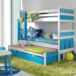 Niektóre modele łóżek piętrowych sprostają potrzebom nawet trójki dzieci, np. model Maksymilian firmy Meble Kryspol. Dwie pociechy śpią na parterze, jedna - na antresoli. Fot. Meble Kryspol.