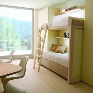 Łóżko piętrowe znakomicie sprawdzi się w wąskim pokoju. Ustawiając je przy dłuższej ścianie zaoszczędzimy cenną przestrzeń w najjaśniejszej części wnętrza. Fot. Dearkids.