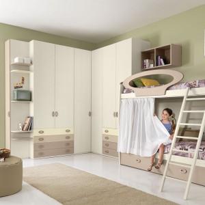 Wybierając model łóżka piętrowego zwróćmy uwagę na to, by górne posłanie miało chociaż częściową barierkę. Element ten zapewnia bezpieczeństwo i jest obowiązkowy, szczególnie w przypadku młodszych dzieci. Fot. Giessegi.