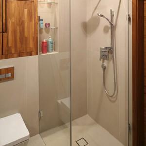 Zastosowanie systemu bez brodzika to praktyczne rozwiązanie, które doskonale sprawdza się w małych łazienkach. Strefę prysznica wyznaczają szklane tafle kabiny. Projekt: Kuba Kasprzak, Paweł Pałkus. Fot. Bartosz Jarosz.