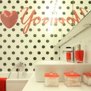 Odważna aranżacja łazienki została oparta na trzech kolorach: białym, czarnym i czerwonym. Projekt: Katarzyna Mikulska-Sękalska. Fot. Bartosz Jarosz.