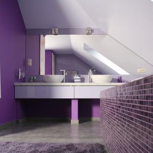 W łazience urządzonej na poddaszu królują fioletowe odcienie połaczone z delikatnymi szarościami. Projekt: Dominik Respondek. Fot. Bartosz Jarosz.