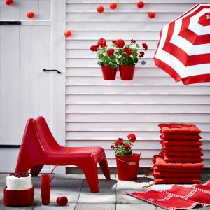Krzesła ogrodowe Vago wykonane zostały z tworzywa odpornego na płowienie. Krzesła można ustawiać jedno na drugim, a otwór w siedzisku zapobiega gromadzeniu się wody. Fotel Vago dostępny jest w kilku kolorach. Fot. IKEA.