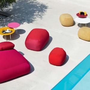 Ogrodowe siedziska Pebble pouf o opływowych kształtach. Meble dostępne są w kilku kolorach. Fot. Varaschin.