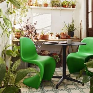 Krzesło Panton w zielonym kolorze dostępne w ofercie marki Vitara. Doskonałe zarówno do ogrodu, na taras, jak i balkon. Projekt: Verner Panton. Fot. Vitra.