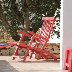 Składane, drewniane krzesło ogrodowe z kolekcji Cruise Red dostępna jest w ofercie marki Ethimo. Fot. Ethimo.