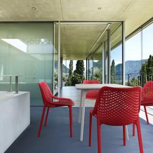 Krzesła Air oraz stolik Maya dostępne w ofercie marki Siesta. Mogą być stosowane zarówno wewnątrz, jak i na zewnątrz. Jeśli do czerwonych krzeseł dodamy biały stół to całość stworzy elegancki zestaw. Fot. Siesta. Fot. Siesta