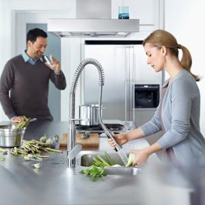 Bateria kuchenna K7 jest połączeniem wyrazistości, stylu i praktycznych funkcji. Docenią go kulinarni eksperci, którzy zadowolą się tylko tym, co najlepsze. Łukowa cewka kieruje ekstrahowanym wężem, który posiada perlator z szerokim strumieniem, a owalna dźwignia pozwala na precyzyjną kontrolę przepływu wody i temperatury. Fot. Grohe.