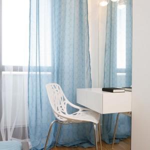 Elegancka toaletka pełni w sypialni funkcję dekoracyjną. Ale nie tylko: wystarczyło wstawić lustro, zamontować oświetlenie i już można wygodnie robić makijaż.