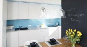 Jak urządzić nowoczesne a zarazem przytulne mieszkanie w bloku? Zobaczcie gotowy projekt.