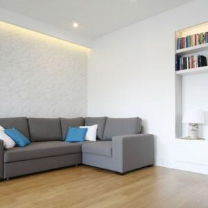 Aby drewno zbytnio nie obciążało przestrzeni, skontrastowano je z chłodniejszymi szarościami, bielą i dodatkami w kolorze niebieskim.