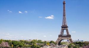 Pierwszy etap prac remontowych zabytku trwał dwa lata. Właśnie oddano do publicznego użytku pierwszy poziom Wieży Eiffla. Za jej koncepcję i realizację odpowiedzialny był francuski architekt – Alain Moatti z biura architektonicznego Moatti – R